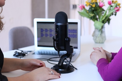Veteran podcasters share their do's and don'ts to help newcomers learn how to be a good podcast host.