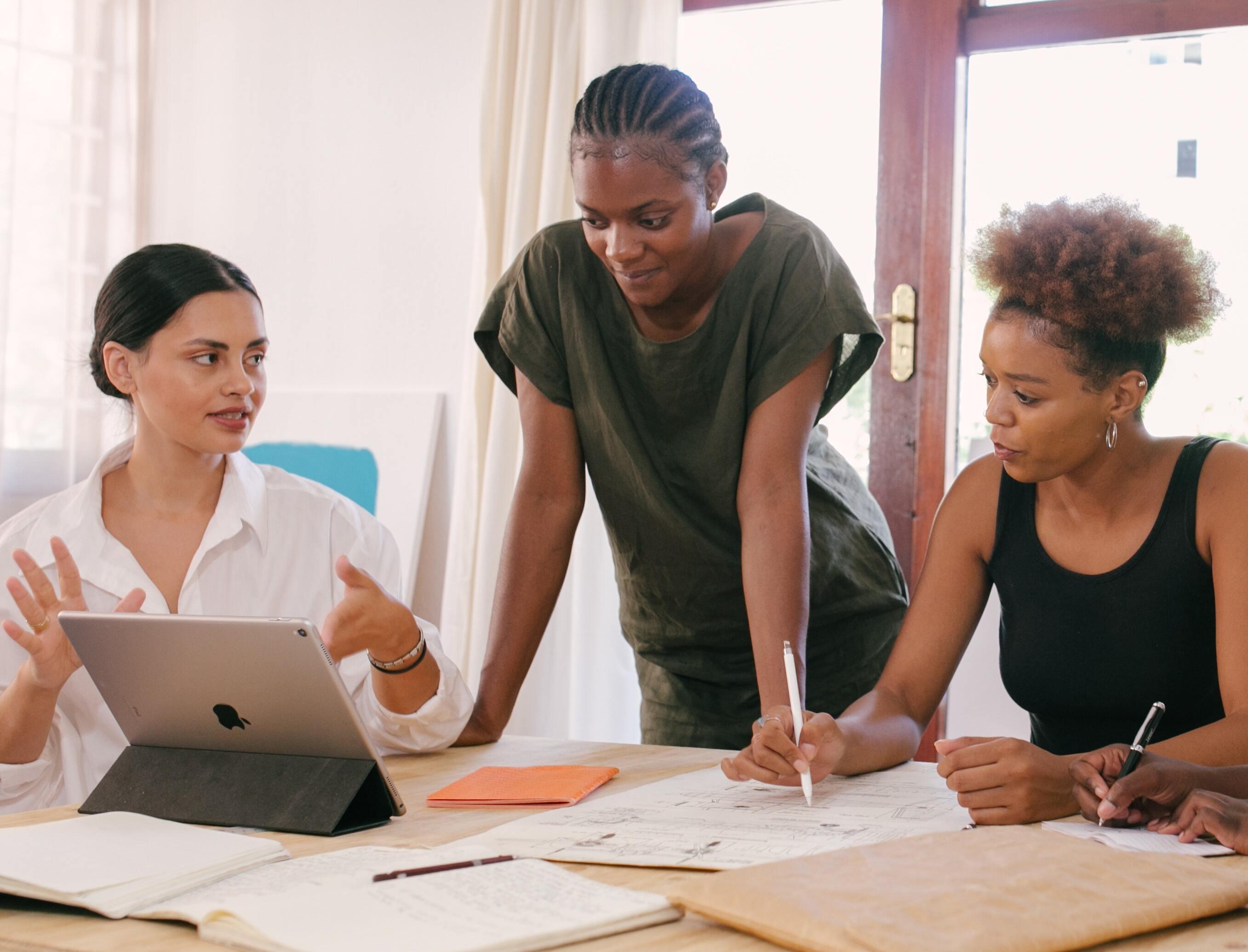women at meeting discussing content marketing pitfalls